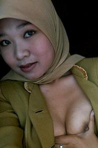 Indonesian Muslim girl play with her tits and pussy